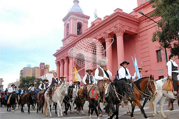 Multitudinaria cabalgata gaucha en honor a la Virgen del Valle